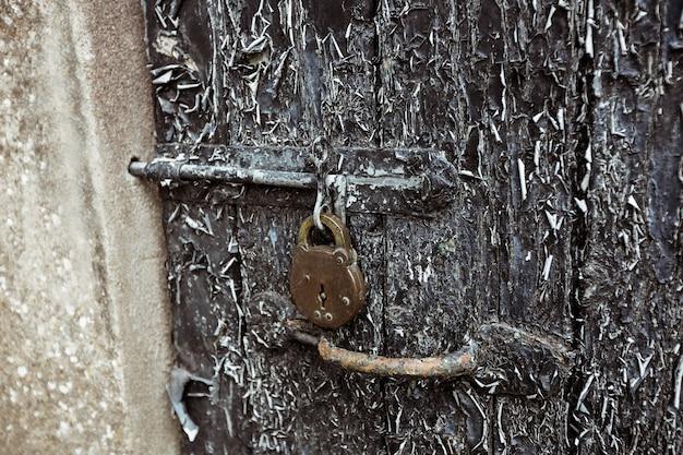 Vieille porte avec des pelures de peinture et de verrouillage