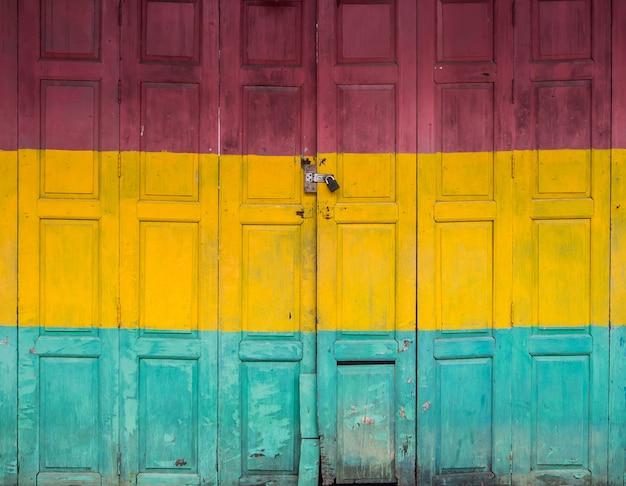 Vieille porte de trois couleurs