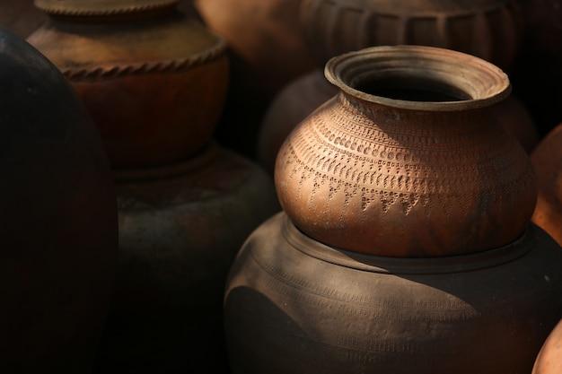 Vieille poterie utilisée comme conteneur