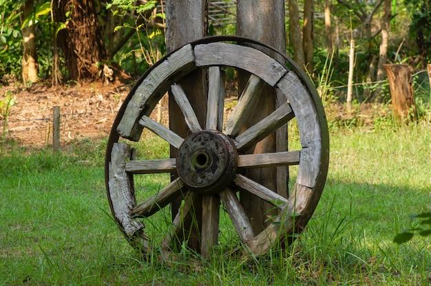 Une vieille roue en bois dans le parc de la forêt de wanagama, yogyakarta, indonésie