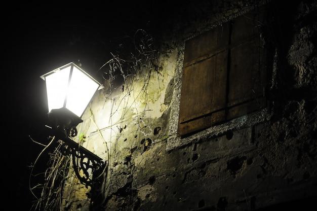 Vieille rue avec lampe
