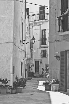 Vieille rue en noir et blanc