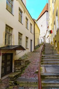 Vieille ruelle avec escaliers et fenêtres sur la façade des maisons. tallinn estonie.