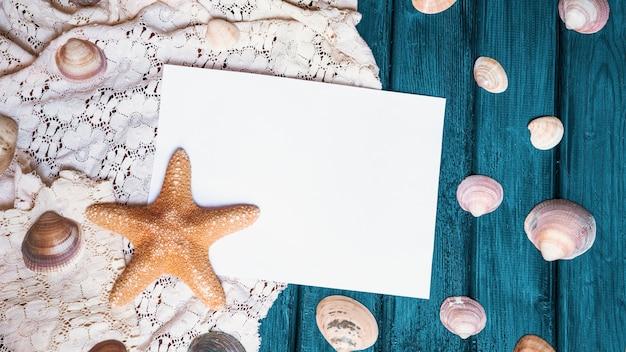 Vieille surface en bois avec étoile de mer et coquillages