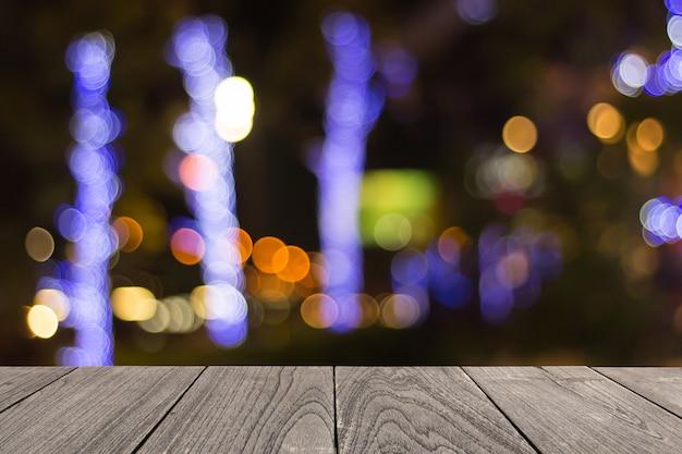 Vieille table en bois sur l'avant flou fond coloré, présentation