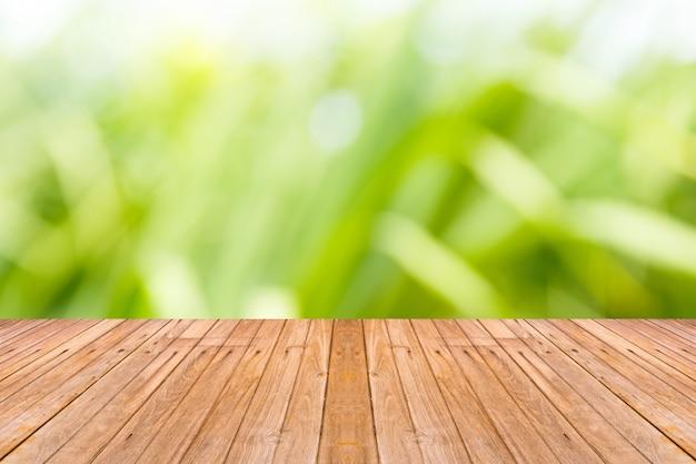 Vieille table en bois avec fond de nature de flou