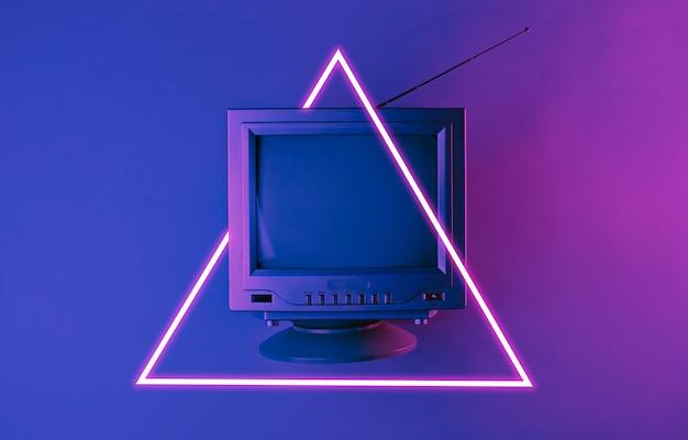 Vieille télé avec antenne.