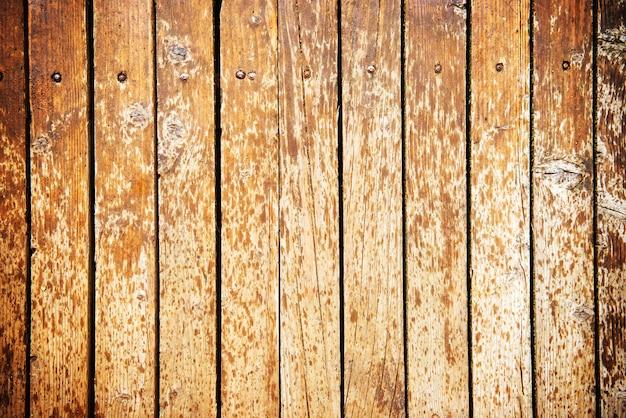 La vieille texture en bois avec des gouttes d'eau peut être utilisée comme arrière-plan