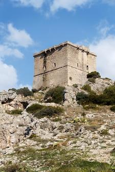 Vieille tour st maria dell'alto près de porto selvaggio, pouilles, italie