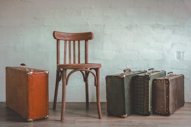 Vieille valise et une chaise en bois