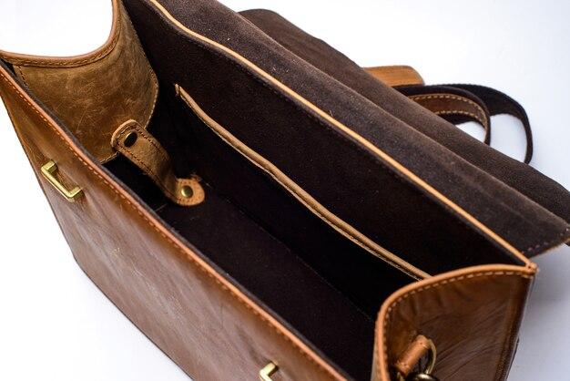 Vieille valise en cuir marron sur fond blanc sac pour mettre l'appareil photo et autres