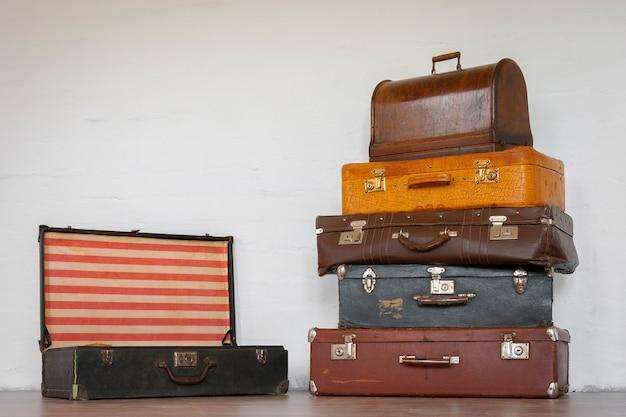 Vieille valise et une machine à coudre dans une mallette