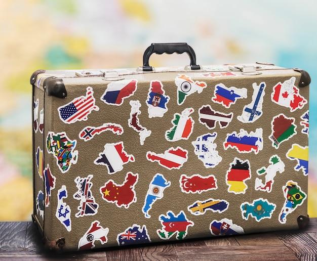 Vieille valise avec stikkers au sol