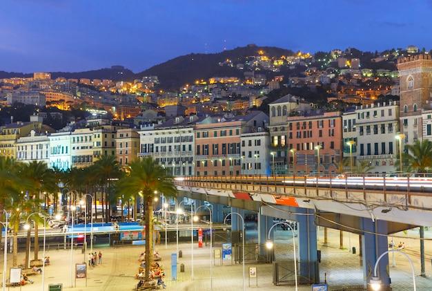 Vieille ville et autoroute de gênes la nuit, italie.