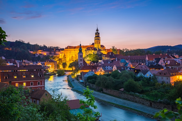 La vieille ville de cesky krumlov de nuit en république tchèque
