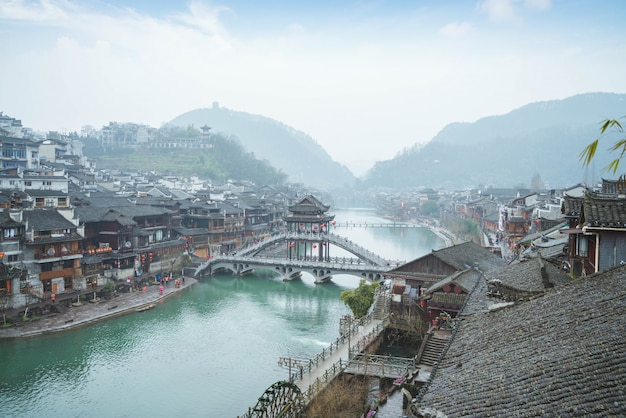 La vieille ville de chine a des rivières traversant le matin