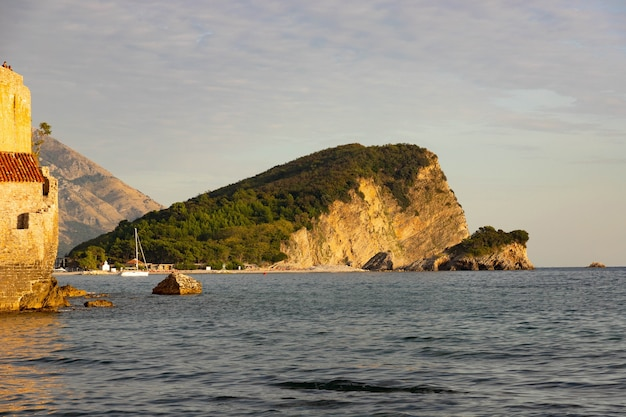 Vieille ville confortable de budva, monténégro. mer adriatique.
