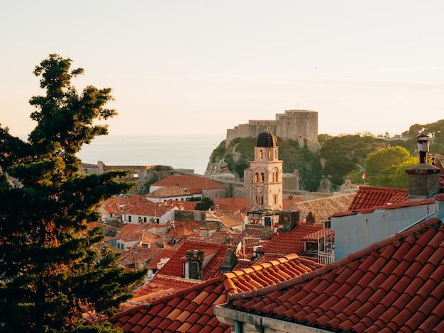 Vieille ville de dubrovnik croatie toits de tuiles de maisons église