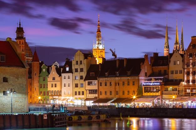 Vieille ville de gdansk, dlugie pobrzeze, bazylika mariacka ou église st mary, hôtel de ville et rivière motlawa la nuit