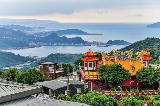 La vieille ville de jiufen est un paysage célèbre du district de ruifang sur la côte nord de taiwan