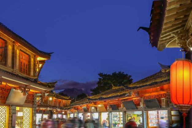 Vieille ville de lijiang dans la soirée avec un touriste bondé