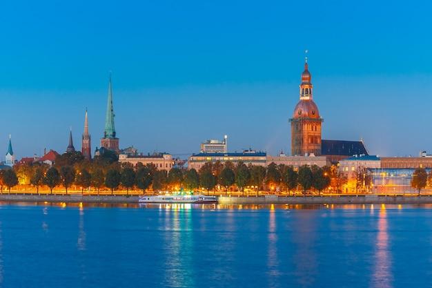 Vieille ville de riga et la rivière daugava la nuit, lettonie