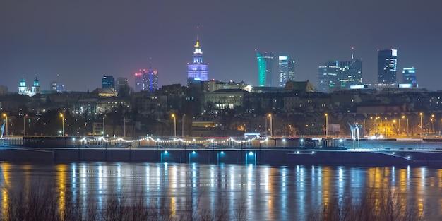 Vieille ville et rivière vistule la nuit à varsovie, pologne.