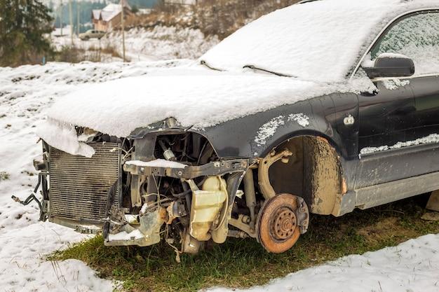 Vieille voiture cassée rouillée abandonnée.