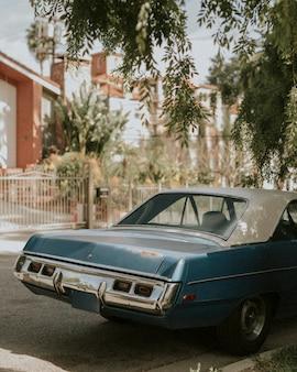 Vieille voiture classique garée par la route à los angeles