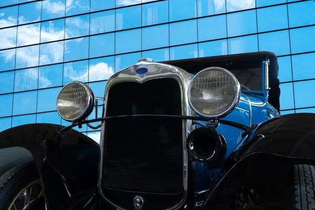 Vieille voiture d'époque avec phares chromés.
