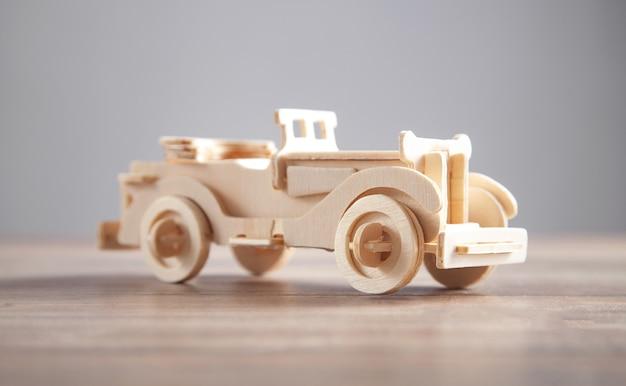 Vieille voiture jouet rétro en bois sur le bureau
