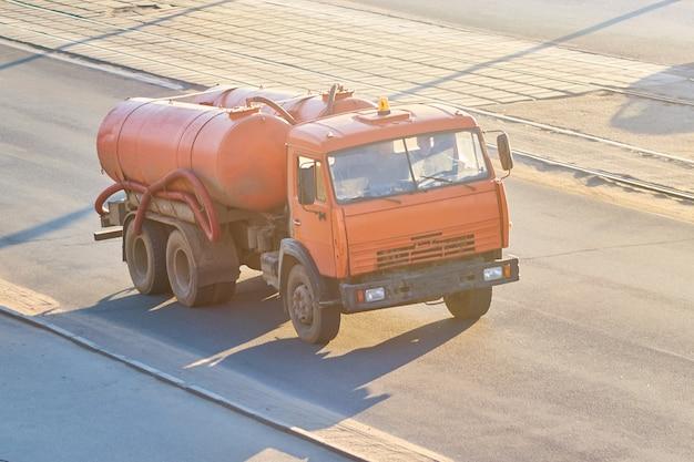 Vieille voiture pour le pompage des eaux usées