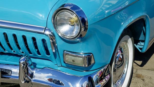 La vieille voiture rétro est bleue