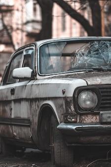 Vieille voiture rouillée abandonnée