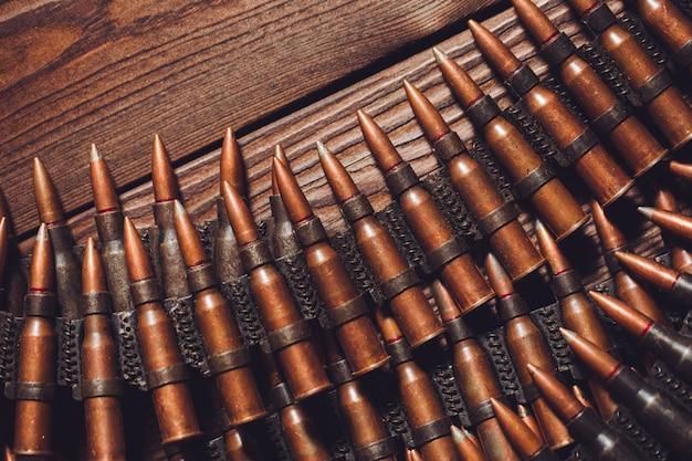 Vieilles balles de 7,62 mm sur table en bois, vue de dessus