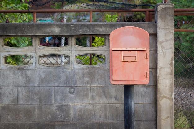 Vieilles boîtes aux lettres rouges dans la cour avant