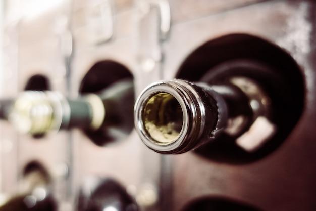 Vieilles bouteilles blanches en bois encore