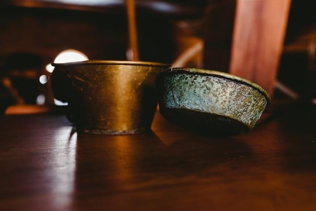 Vieilles casseroles et ustensiles de cuisine en fer pour nostalgique.
