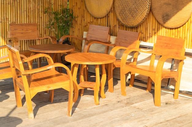 Vieilles chaises en bois dans les allées.