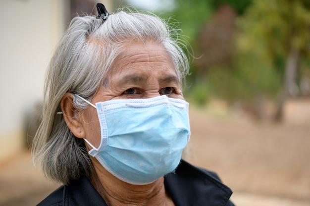 Vieilles femmes portant un masque