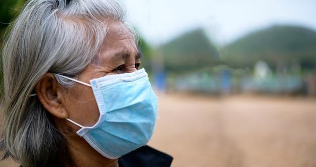 Vieilles femmes portant des masques