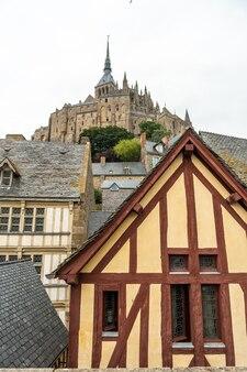 Vieilles habitations en bois à la célèbre abbaye du mont saint-michel dans le département de la manche, normandie, france