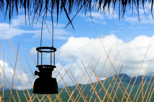 Les vieilles lanternes de tempête antique sur ciel bleu
