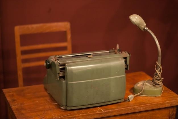Vieilles machines à écrire et vieille lanterne.