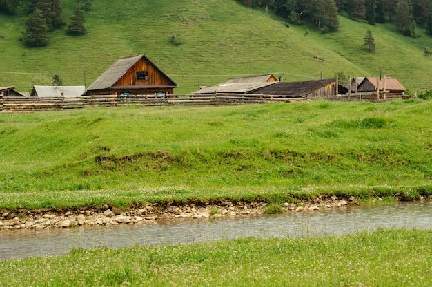 Vieilles maisons en bois dans les collines et les rivières. altai.