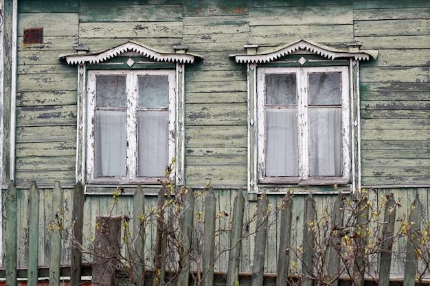 Vieilles maisons en bois dans le village
