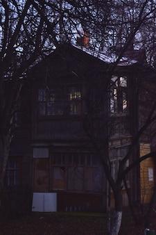 Vieilles maisons en bois la nuit