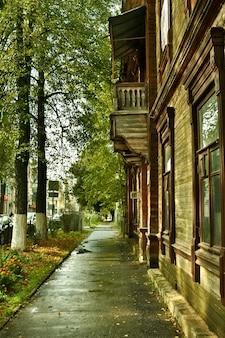 Vieilles maisons en bois sur la rue de la ville