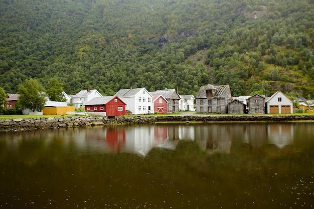 Vieilles maisons en bois traditionnelles par le fjord