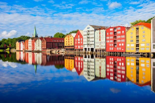 Vieilles maisons colorées au quai de la rivière nidelva dans le centre de la vieille ville de trondheim, norvège